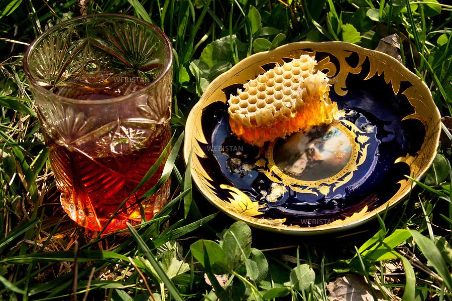 Azerbaijan, Sheki (Shaki) Mountain, April 18, 2012<br /> A beekeeper in Sheki mountains serves black tea and fresh honeycomb to guests.<br /> <br /> Azerba&iuml;djan, montagne de Cheki (Shaki), 18 avril 2012.<br /> Un apiculteur dans les montagnes de Cheki sert du th&eacute; noir et une alv&eacute;ole de miel fra&icirc;che aux invit&eacute;s.