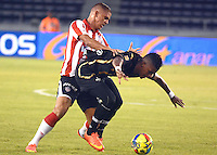 BARRANQUIILLA -COLOMBIA-17-SEPTIEMBRE-2014. Gustavo Cuellar  (Izq) del Atletico junior  disputa el balon con Anthony Perez de Llaneros F.C., partido de la Copa  Postobon octavos de final disputado en el estadio Metroplitano.  / Gustavo Cuellar (L) of Atletico Junior dispute the ball with FC Llaneros Anthony Perez, party Postobon Cup finals match at the Metropolitano stadium. Photo: VizzorImage / Alfonso Cervantes / Stringer