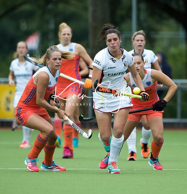SCHIEDAM - Louise CAVENAILE (Bel) met Kitty van Male (Ned) tijdens een oefenwedstrijd tussen  de dames van Nederland en Belgie , in aanloop naar het  EK Hockey, eind augustus in Amstelveen. COPYRIGHT KOEN SUYK