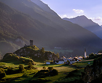 Schweiz, Graubuenden, Unterengadin, Ardez mit Ruine Chanoua vor Sesvenna Gruppe im letzten Sonnenlicht | Switzerland, Graubuenden, Lower Engadin, Ardez with Ruin Chanoua and Sesvenna mountains last sun rays