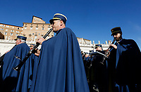 Vatican City, 25th December, 2018. Vatican Gendarmerie's band perform in St. Peter's Square before the Pope Francis' Urbi et Orbi (In Latin 'to the city and to the world' ) Christmas' day blessing from the central loggia of St. Peter's Basilica.<br /> &copy; Riccardo De Luca UPDATE IMAGES/ Alamy Live News