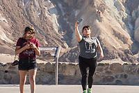 Touristinnen am Zabriskie Point-Aussichtspunkt im Death Valley.<br /> 13.6.2017, Death Valley<br /> Copyright: Christian-Ditsch.de<br /> [Inhaltsveraendernde Manipulation des Fotos nur nach ausdruecklicher Genehmigung des Fotografen. Vereinbarungen ueber Abtretung von Persoenlichkeitsrechten/Model Release der abgebildeten Person/Personen liegen nicht vor. NO MODEL RELEASE! Nur fuer Redaktionelle Zwecke. Don't publish without copyright Christian-Ditsch.de, Veroeffentlichung nur mit Fotografennennung, sowie gegen Honorar, MwSt. und Beleg. Konto: I N G - D i B a, IBAN DE58500105175400192269, BIC INGDDEFFXXX, Kontakt: post@christian-ditsch.de<br /> Bei der Bearbeitung der Dateiinformationen darf die Urheberkennzeichnung in den EXIF- und  IPTC-Daten nicht entfernt werden, diese sind in digitalen Medien nach §95c UrhG rechtlich geschuetzt. Der Urhebervermerk wird gemaess §13 UrhG verlangt.]