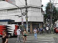 ATENÇÃO EDITOR: FOTO EMBARGADA PARA VEÍCULOS INTERNACIONAIS. – SÃO PAULO - SP –  28 DE NOVEMBRO 2012. BLITZ do DPPC - Delegacia de Policia de Proteção ao Consumidor - fecha lojas de centro comercial em Pinheiros, zona oeste, por suspeita de produtos contrabandeados e/ou pirateados. Os produtos encontrados nos boxes foram levados ao DPPC, para averiguação de procedencia. FOTO: MAURICIO CAMARGO / BRAZIL PHOTO PRESS.