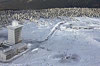 BROCKEN im Winter: DEUTSCHLAND, SACHSEN-ANHALT, BROCKEN, (GERMANY, SAXONY-ANHALT, BROCKEN), 14.01.2012: Gipfel des BROCKEN (1142m ueber NN) mit Brockenherberge (grosser Turm mit Kuppel, dem Infozentrum des Nationalparks Hochharz Brockenhaus (kleiner Turm mit Kuppel) der Wetterwarte des Deutschen Wetterdienstes (DWD)und Brockenbahnhof (rechts) und dem rot-weissen Sendemast der Deutschen Telekom AG.Deutschland, Sachsen-Anhalt, Sachsen, Anhalt, Brocken, Gipfel, Nationalpark, Natur, Harz, Wald, Umwelt, Outdoor, Wildnis, Hochharz, Kernzone, Felsen, Plateau, Tourismus, Reisen, Schnee, Winter, Wanderung, Norddeutschland, Wetter, DWD, Deutscher, Wetterdienst, Berg, Reise, Mast, Sendemast, Luftaufnahme, Luftbild