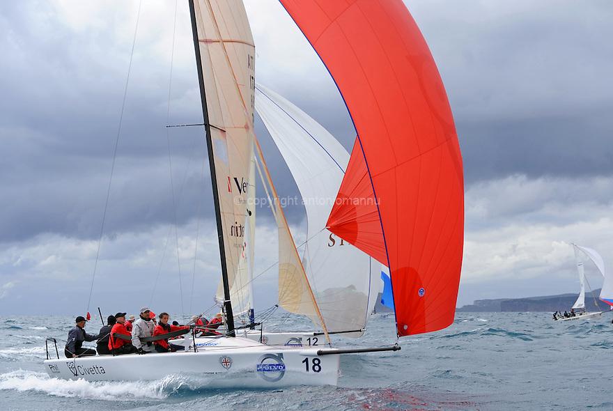 Nazionale Melges 24 Alghero 2010. Ita 798 Little Wing naviga sotto spi di conserva con Sui 382 Zeroeight