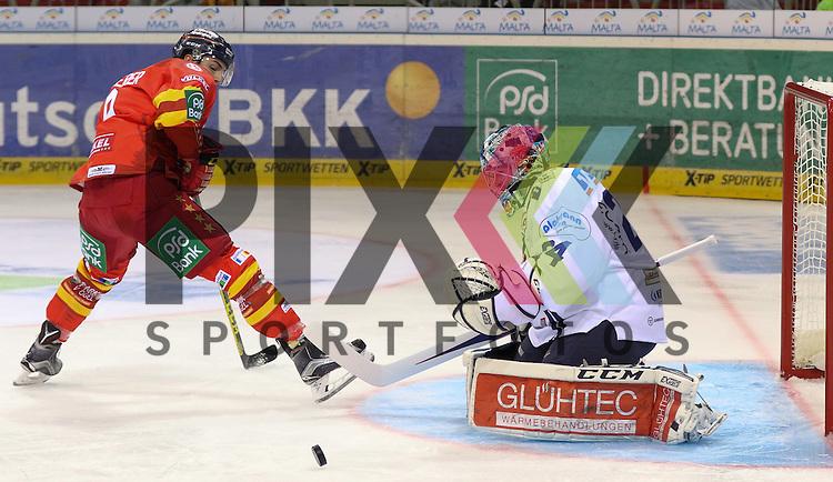 Duesseldorfs Maximilian Kammerer (Nr.9) scheitert an Iserlohns Goalie Mathias Lange (Nr.24) beim Spiel in der DEL Duesseldorfer EG (rot) - Iserlohn Roosters (weiss).<br /> <br /> Foto &copy; PIX-Sportfotos *** Foto ist honorarpflichtig! *** Auf Anfrage in hoeherer Qualitaet/Aufloesung. Belegexemplar erbeten. Veroeffentlichung ausschliesslich fuer journalistisch-publizistische Zwecke. For editorial use only.