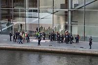 """Die Umweltschutzorganisation Greenpeace wollte am Freitag den 11. Oktober 2019 in Berlin an der Bundestagskantine des Paul-Loebe-Haus ein Transparent """"Klimaschutz auf die Speiseplaene! - Kein Billigfleisch in oeffentlichen Kantinen!"""" aufhaengen. Die Berliner Polizei erwartete die Aktivisten jedoch und verhinderte die Kletteraktion.<br /> 11.10.2019, Berlin<br /> Copyright: Christian-Ditsch.de<br /> [Inhaltsveraendernde Manipulation des Fotos nur nach ausdruecklicher Genehmigung des Fotografen. Vereinbarungen ueber Abtretung von Persoenlichkeitsrechten/Model Release der abgebildeten Person/Personen liegen nicht vor. NO MODEL RELEASE! Nur fuer Redaktionelle Zwecke. Don't publish without copyright Christian-Ditsch.de, Veroeffentlichung nur mit Fotografennennung, sowie gegen Honorar, MwSt. und Beleg. Konto: I N G - D i B a, IBAN DE58500105175400192269, BIC INGDDEFFXXX, Kontakt: post@christian-ditsch.de<br /> Bei der Bearbeitung der Dateiinformationen darf die Urheberkennzeichnung in den EXIF- und  IPTC-Daten nicht entfernt werden, diese sind in digitalen Medien nach §95c UrhG rechtlich geschuetzt. Der Urhebervermerk wird gemaess §13 UrhG verlangt.]"""