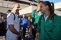O tenico Zé Roberto Guimarães e Fabi jogadoras da seleção brasileira feminina de vôlei, que conquistaram a medalha de ouro nos Jogos Olímpicos de Londres, durante desembarque nesta SEGUNDA-FEIRA (13) no Aeroporto Internacional de Guarulhos, em São Paulo (SP).FOTO ALE VIANNA/BRAZIL PHOTO PRESS