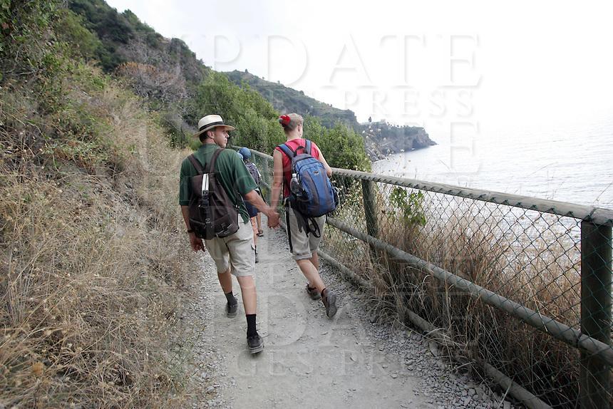 Escursionisti lungo la costa delle Cinque Terre.<br /> Hikers make their way along the coast of the Cinque Terre.<br /> UPDATE IMAGES PRESS/Riccardo De Luca