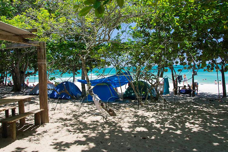 Barracas de camping na Praia do Sono, Paraty - RJ, 01/2016.
