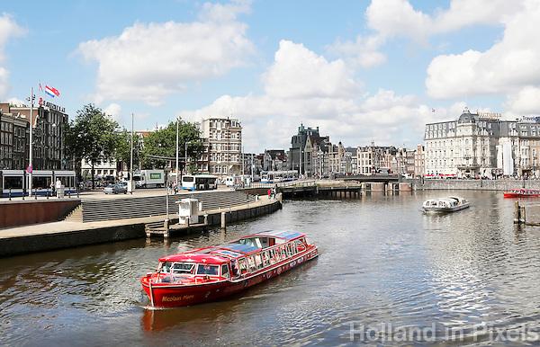 Nederland Amsterdam 2016 . Amsterdam Centrum.  Hop On , Hop Off rondvaartboot  bij de Prins Hendrikkade.  Foto Berlinda van Dam / Hollande Hoogte