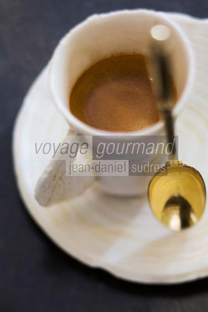 urope/France/Bretagne/56/Morbihan/Lorient: Restaurant: L'Amphytrion  - Service du café