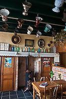 Europe/France/Nord-Pas-de-Calais/59/Nord/ Boeschepe: Estaminet : De Vierpot  sous les pales du moulin de l'Ondankmeulen, dans une salle décorée de  pots à feu  de fer blanc:vierpot  conservant les braises pour les fumeurs)