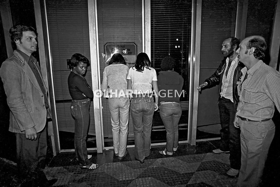 Prisão de prostitutas em ronda policial. Delegado Richetti. São Paulo. 1980. Foto de Juca Martins.