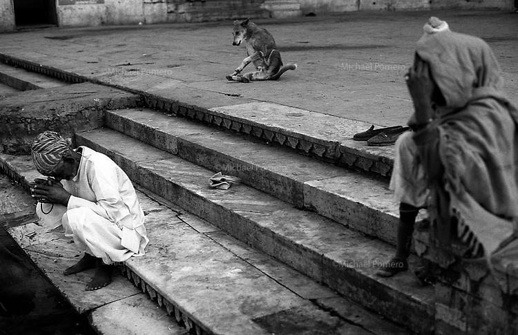 11.2010 Udaipur (Rajasthan)<br /> <br /> Man praying in march of the ghat.<br /> <br /> Homme en train de prier sur les marches du ghat.