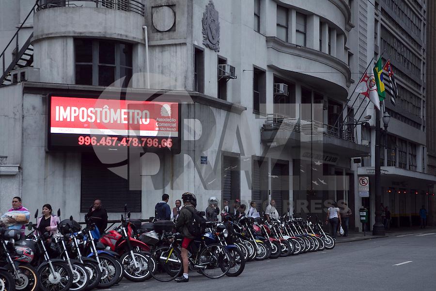 SAO PAULO, SP, 28 DE AGOSTO DE 2012 - ECONOMIA - O impostometro instalado na Rua Boa Vista, zona central da cidade, registra nesta terca-feira (28) mais de 996 bilhoes de reais e esta prestes a atingir a cifra de um trilha de reais em arrecadacao de impsotosto. FOTO RICARDO LOU - BRAZIL PHOTO PRESS