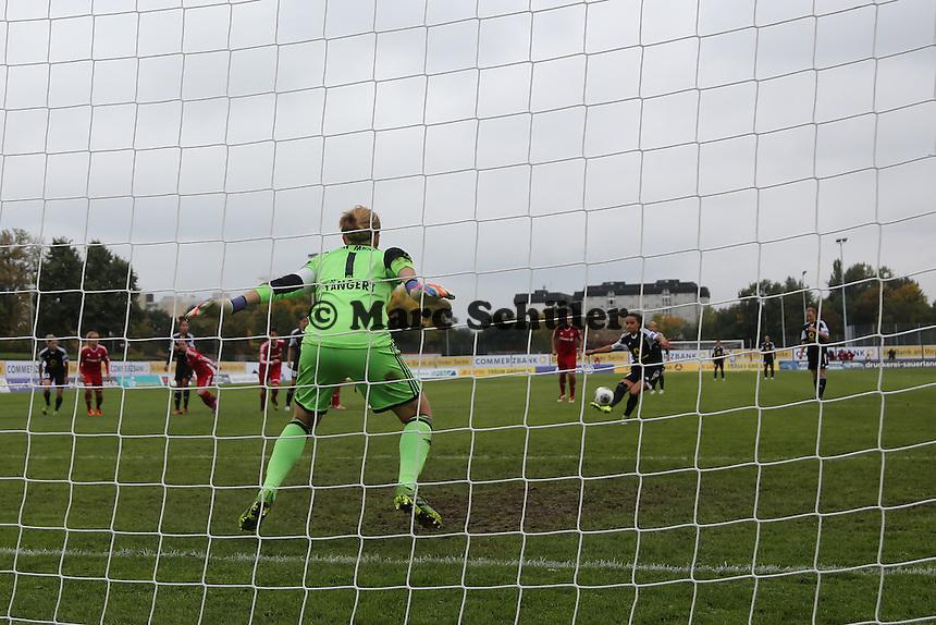 Kathrin Längert (Bayern) hat beim Elfmeter gegen Lira Bajramaj (FFC)  das Nachsehen und kassiert das 2:0 - 1. FFC Frankfurt vs. FC Bayern München