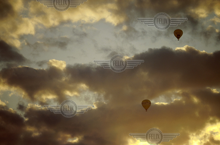 1994.06.01 Varmluftsballonger i solnedgang. Stockholm, Sverige. © Fredrik Naumann / Samfoto   <1000128587 : DIGITALBILDE : N : BALLONGFLYVNING : 6551......>  27,1 MB TIF 19.06.02 14:08