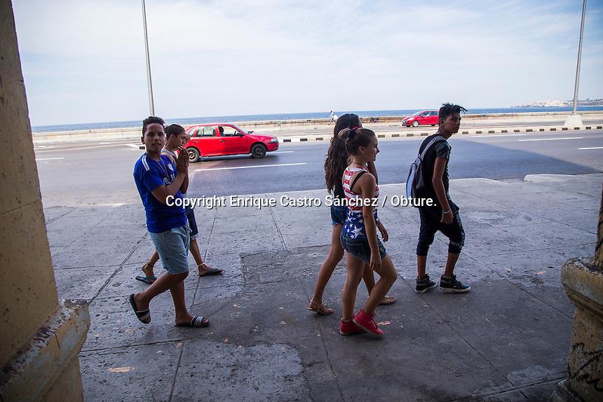 Habana, Cuba-19 de marzo de 2016.- Desde hace unos d&iacute;as ya se pueden ver un nutridos adornos de banderas norteamericanas y cubanas conviviendo juntas; adem&aacute;s de los preparativos y arreglos de las calles de la ciudad de la Habana que tendr&aacute; la hist&oacute;rica visita del presidente de los Estados Unidos, Barak Obama a Cuba el proximo 20 de Marzo. Durante su recorrido se tiene una agenda que contempla una visita a la zona del casto hist&oacute;rico o centro hist&oacute;rico de la ya conocida La Habana Vieja, la cual es la zona con mayor afluencia tur&iacute;stica en la ciudad.<br /> <br /> Adem&aacute;s de la caminata en las calles de la Habana se tiene considerado que Obama se re&uacute;na con el Cardenal Jaime Ortega, adem&aacute;s e Ra&uacute;l Castro, inversionistas privados y brinde un discurso en el Gran Teatro de la Ciudad, Finalmente tend&iacute;ra un encuentro los disidentes del r&eacute;gimen de gobierno y como corolario, la visita al Estadio Latinoamericano, en donde se jugar&aacute; un encuentro de pelota (b&eacute;isbol) entre Tampa Bay Rays de Florida y la Selecci&oacute;n Nacional Cubana.<br /> <br /> <br /> Foto: Enrique Castro S&aacute;nchez / Obture.