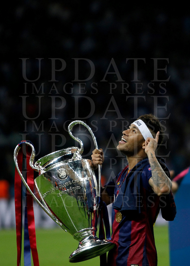 Calcio, finale di Champions League Juventus vs Barcellona all'Olympiastadion di Berlino, 6 giugno 2015.<br /> Barcelona's Neymar holds the trophy at the end of the Champions League football final between Juventus Turin and FC Barcelona, at Berlin's Olympiastadion, 6 June 2015. Barcelona won 3-1.<br /> UPDATE IMAGES PRESS/Isabella Bonotto
