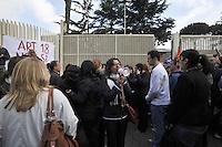 Roma, 23 Aprile 2012.Presidio e sciopero  dei lavoratori e lavoratrici del call center Format Contact che gestisce il servizio telefonico per Trenitalia in subappalto per Almaviva..Da Giugno 170 operatori licenziati