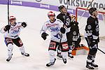 vl ulrich maurer und damien fleury (schwenningen9 Jubel, Torjubel, jubelt &uuml;ber das Tor, celebrate the goal, celebration. Robert Robbie Bina (Wolfsburg, 28) und Conor Allen (Wolfsburg, 27) entt&auml;uscht, schaut entt&auml;uscht, niedergeschlagen, disappointed beim Spiel in der DEL, Grizzlys Wolfsburg (dunkel) - Schwenninger Wild Wings (weiss).<br /> <br /> Foto &copy; PIX-Sportfotos *** Foto ist honorarpflichtig! *** Auf Anfrage in hoeherer Qualitaet/Aufloesung. Belegexemplar erbeten. Veroeffentlichung ausschliesslich fuer journalistisch-publizistische Zwecke. For editorial use only.
