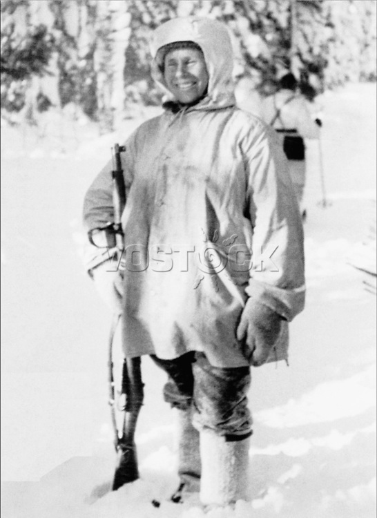 Finnish sniper Simo Hayha after being awarded with the honorary rifle model 28. / Симо Хяюхя — финский снайпер.