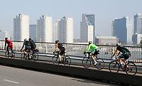Nederland  Rotterdam  2017 04 09.  Wielrenners op de Erasmusbrug.  Berlinda van Dam / Hollandse Hoogte