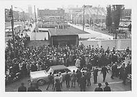 Inauguration du métro de Montréal.<br /> Nous remarquons la foule rassemblée aux abords de la station Berri-de-Montigny devenue Berri-UQAM, l'escorte policière et une exposition en plein air de véhicules de transport public utilisés depuis 1861 parmi lesquels figurent des tramways.<br /> 14 octobre 1966.<br /> Source : Centre d'archives de Montréal. Bibliothèque et Archives nationales du Québec, Fonds Office du film du Québec, E6,S7,SS1,662111.