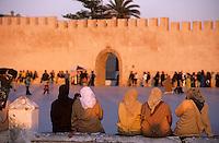 Afrique/Maghreb/Maroc/Essaouira : Femmes et enfants place Moulay Hassan devant les remparts de la cité dans la lumière du soir