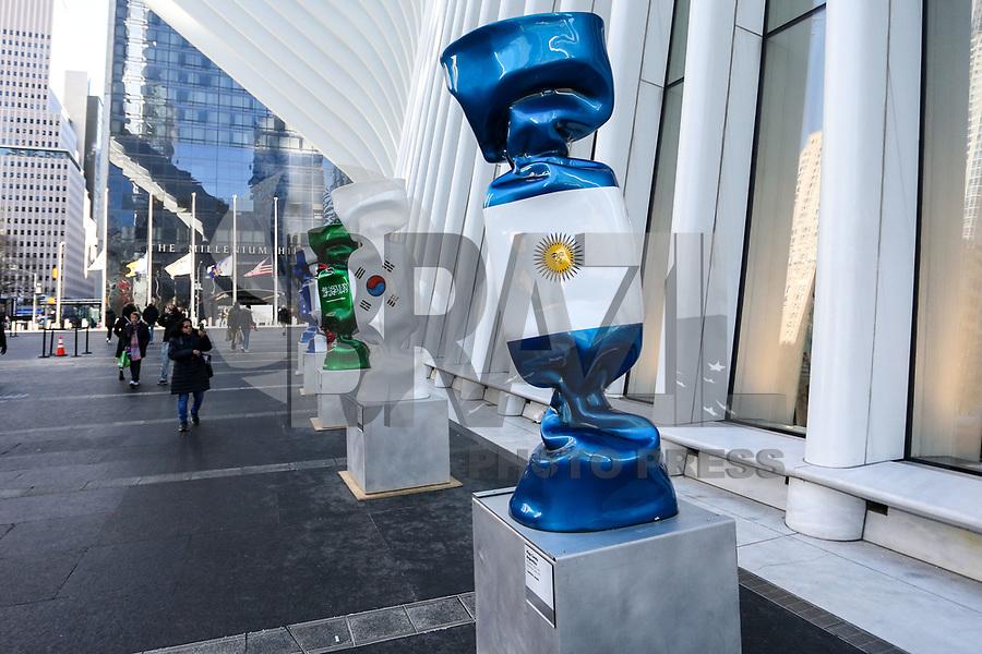 """NOVA YORK,EUA, 19.01.2019 - EXPOSIÇÃO-EUA - Escultura com as bandeiras de várias nações; parte de uma exposição chamada """"Candy Nations"""" é mostrada fora de Oculus; um dos prédios que substituiu o World Trade Center original em 14 de janeiro; 2019 em Nova York. - Candy Nations representando as bandeiras de cada um dos países do G20 como confeitos embalados de 9 pés de altura; tem atraído críticas por sua colocação fora do 1 World Trade Center.(Foto: William Volcov/Brazil Photo Press)"""