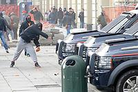 Un manifestante lancia pietre contro le camionette dei Carabinieri durante gli scontri  della protesta dei Forconi di fronte alla sede del Palazzo della Regione Piemonte in piazza Castello a Torino Torino 09/12/2013  Foto Stringer / Insidefoto