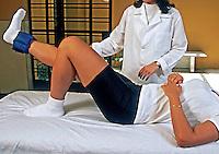 Tratamento com pesos. Clínica de fisioterapia. São Paulo. 2000. Foto de Juca Martins.