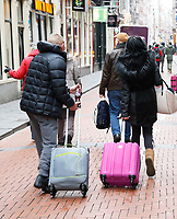 Nederland - Amsterdam 2018. Toeristen met koffers in de Warmoesstraat . Foto Berlinda van Dam / Hollandse Hoogte