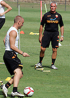 "Calcio: il nuovo allenatore della Roma Claudio Ranieri, destra, osserva il centrocampista Daniele De Rossi, durante il suo primo allenamento al centro sportivo ""Fulvio Bernardini"" di Trigoria, Roma, 2 settembre 2009..AS Roma football team's new coach Claudio Ranieri, right, looks at midfielder Daniele De Rossi during his first tranining session at the club's sporting center on the outskirts of Rome, 2 september 2009..UPDATE IMAGES PRESS/Riccardo De Luca"