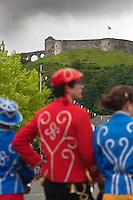 Europe/France/Aquitaine/64/Pyrénées-Atlantiques/Pays-Basque/Mauléon-Licharre: Folklore Soulettin lors de la Fête de l'Espadrille le  15 Aout en fond le château - Le vieux château de Mauléon est un château fort du XIe siècle