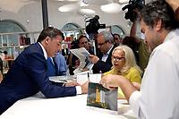 Matteo Renzi firma libri<br /> Roma 12/07/2017. Presentazione del libro di Matteo Renzi 'Avanti, perche' l'Italia non si ferma'.<br /> Rome July 12th 2017. Presentation of the new Matteo Renzi's book. <br /> Foto Samantha Zucchi Insidefoto