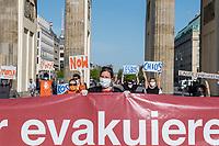 """Mehrere Menschenrechts- und Fluechtlingsorganisationen haben auf einer Kundgebung am Donnerstag den 23. April 2020 in Berlin von den EU-Staaten die rasche Aufnahme von Fluechtlingen aus Griechenland gefordert. Die Camps auf den griechischen Inseln muessten angesichts der Corona-Krise sofort aufgeloest werden, denn sie drohten zu """"pandemischen Hotspots"""" zu werden, hiess es in einem Aufruf des Republikanischen Anwaeltinnen- und Anwaeltevereins (RAV). Dazu fand am Donnerstag in Berlin eine Kundgebung statt, die live im Internet uebertragen wurde. Daran beteiligten sich unter anderem auch Vertreter von Amnesty International, vom European Center for Constitutional and Human Rights (ECCHR), vom Unteilbar-Buendnis sowie Vertreter weiterer Organisationen.<br /> Die Kundgebung fand mit 20 Personen unter den strengen Auflagen anlaesslich der Covid-19-Pandemie statt.<br /> In der Bildmitte: Berenice Boehlo, Rechtsanwaeltin und Vorstandsmitglied im RAV.<br /> 23.4.2020, Berlin<br /> Copyright: Christian-Ditsch.de<br /> [NUR FUER REDAKTIONELLE ZWECKE! Werbung nur auf Anfrage beim Fotografen. Inhaltsveraendernde Manipulation des Fotos nur nach ausdruecklicher Genehmigung des Fotografen. Vereinbarungen ueber Abtretung von Persoenlichkeitsrechten/Model Release der abgebildeten Person/Personen liegen nicht vor. NO MODEL RELEASE! Don't publish without copyright Christian-Ditsch.de, Veroeffentlichung nur mit Fotografennennung, sowie gegen Honorar, MwSt. und Beleg. Konto: I N G - D i B a, IBAN DE58500105175400192269, BIC INGDDEFFXXX, Kontakt: post@christian-ditsch.de<br /> Bei der Bearbeitung der Dateiinformationen darf die Urheberkennzeichnung in den EXIF- und  IPTC-Daten nicht entfernt werden, diese sind in digitalen Medien nach §95c UrhG rechtlich geschuetzt. Der Urhebervermerk wird gemaess §13 UrhG verlangt.]"""