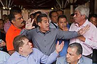 Quer&eacute;taro, Qro. 27 de octubre 2015.- Francisco Zubieta, concesionario del transporte; irrumpe en rueda de prensa de nuevo presidente transportistas, Juan Barrio; mientras &eacute;ste daba a conocer la nueva Mesa Directiva de la UTUQ (Uni&oacute;n de Transporte Urbano de Quer&eacute;taro), cargo ocupando anteriormente ten&iacute;a Mayra Melo. Zubieta es invitado a sentarse en la rueda de prensa pero fue es acusado de corrupci&oacute;n, mientras se intercambiaban palabras entre los mismos transportistas. <br /> <br /> Mayra Melo y Zubieta dieron una rueda de prensa paralelamente, para acusar a Juan Barrio de no cumplir con los pagos de las cuotas correspondientes, ni tener circulando las unidades de transporte p&uacute;blico suficientes. <br /> <br /> <br /> Foto: Demian Ch&aacute;vez / Obture Press Agency.