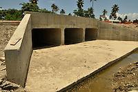 TAMAYO, Bahoruco-. El Instituto Nacional de Recursos Hidráulicos (INDRHI), trabaja en la.construcción de un canal para desviar el río Yaque del Sur en un tramo próximo al dique de.Santana, en este municipio, lo que le permitirá iniciar la rehabilitación del dique, como parte de las.obras complementarias del proyecto múltiple de la Presa de Monte Grande.