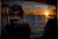 Il tramonto riflesso sul vetro di un vaporetto.