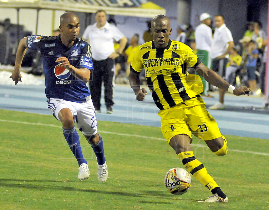 BARRANCABERMEJA - COLOMBIA: 04 -10-2015: Felipe Banguero (Der.) jugador de Alianza Petrolera disputa el balón con Lewis Ochoa (Izq.) jugador de Millonarios, durante partido entre Alianza Petrolera y Millonarios, por la fecha 15 de la Liga Aguila II-2015, jugado en el Estadio Daniel Villa Zapata de la ciudad de Barrancabermeja. / Felipe Banguero (R) player of Alianza Petrolera vies for the ball with Lewis Ochoa (L) player of Millonarios, during a match between Alianza Petrolera and Millonarios, for the date 15 of the Liga Aguila II-2015 at the Daniel Villa Zapata Stadium in Barrancabermeja city, Photo: VizzorImage  / Jose Martinez  / Cont.