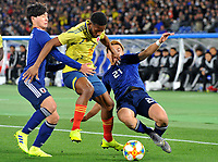 YOKOHAMA - JAPON, 22-03-2019: Shoya Nakajima y Ritsu Doan de Japón disputan el balón con Jorge Lerma de Colombia durante partido amistoso de la fecha FIFA marzo 2019 entre las selecciones de Japón y Colombia jugado en el estadio Nissan de la ciudad de Yokohama. / Shoya Nakajima and Ritsu Doan of Japan vie for the ball with Jorge Lerma of Colombia during friendly match for the FIFA date March 2019 between national teams of Japan and Colombia played at Nissan stadium in Yokohama city. Photo: VizzorImage / VizzorImage / Julian Medina / Cont