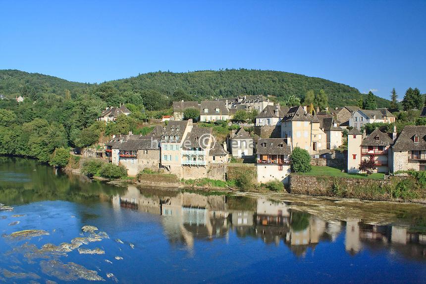 France, Corrèze (19), Argentat, les maisons à balcon de la rive gauche // France, Corrèze, Argentat, houses with balconies on the left bank