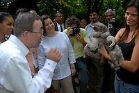 O secretário geral da ONU Ban Ki Moon, e sua esposa, passam as mãos em um  um bicho preguiça durante sua visita ao museu Emílio Goeldi em Belém.<br /> Belém Pará Brasil<br /> 13/11/2007<br /> Foto Paulo Santos/Interfoto