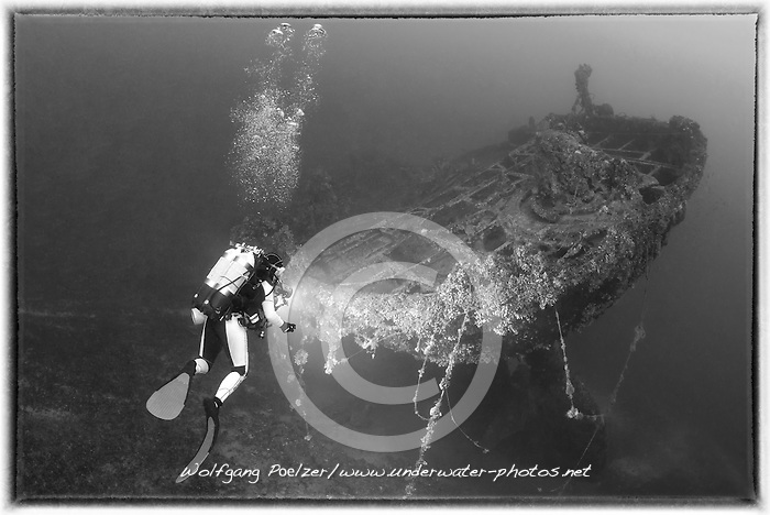 Schiffswrack SS Le Polinesien vom Ersten Weltkrieg und Taucher, Schwarzweiss Aufnahme, Shipwreck SS Le Polinesien from first world war and scuba diver, black and white, Malta