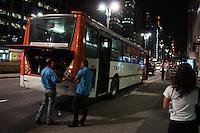 SÃO PAULO-SP-01,09,2014-ÔNIBUS QUEBRADO-AVENIDA PAULISTA - O  ônibus da viação Transpass -715M/10 - Jardim Maria Luiza - Largo da Pólvora quebrou na Avenida Paulista causando lentidão no trânsito. Região Centro-Sul da cidade de São Paulo,na noite dessa segunda-feira,01(Foto:Kevin David/Brazil Photo Press)