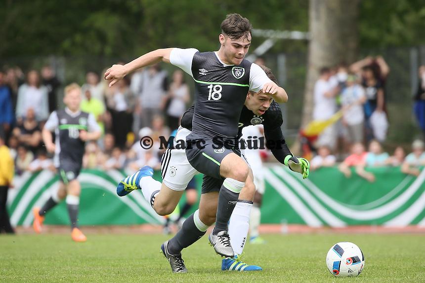 Torwart Phillip Menzel verschätzt sich gegen Jamie Aherne (IRL) und verhindert per Foul den Siegtreffer, wofür er ROT sieht - Deutschland vs. Irland, U18-Freundschaftsspiel, Stadion am Sommerdamm, Rüsselsheim