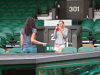 20-06-12, England, London, Wimbledon, Tennis, Maris Sharapova fotografeert een vriendin op het centercourt.
