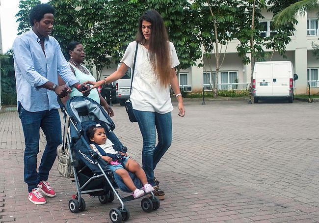El volante de la Selecci&oacute;n Colombia Carlos Sanchez, con su hija Cataleya, su esposa Norelia y su madre Nereida, durante el d&iacute;a de descanso despu&eacute;s del partido de octavos final en el hotel Sofitel,  en Guaruja el 29  de junio de 2014.<br /> <br /> Foto: Joaquin Sarmiento/Archivolatino<br /> <br /> COPYRIGHT: Archivolatino<br /> Solo para uso editorial. No esta permitida su venta o uso comercial.